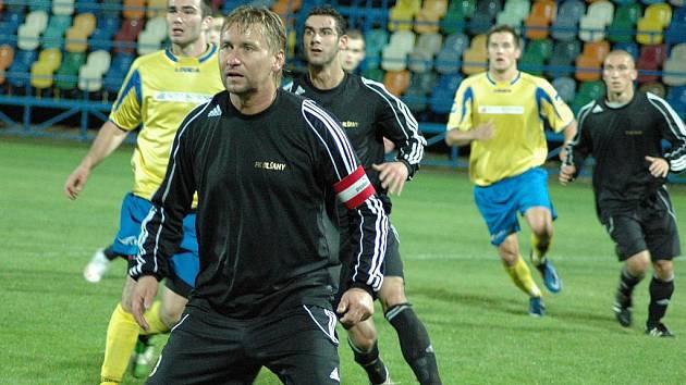 Blšanští fotbalisté (v černém) branku Neratovic ohrožovali jen sporadicky.