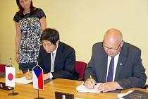 Slavnostní podpis kupní smlouvy na pozemky o velikosti 5,36 hektarů mezi Ústeckým krajem a japonskou společností Neturen Czech se uskutečnil ve čtvrtek na krajském úřadě.