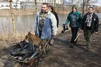 Radek Holodňák (druhý zprava) s kamarády uklízeli už v březnu odpadky na břehu Ohře. Stejný student gymnázia teď našel další černou skládku v jiné lokalitě města a nahlásil ji na radnici.