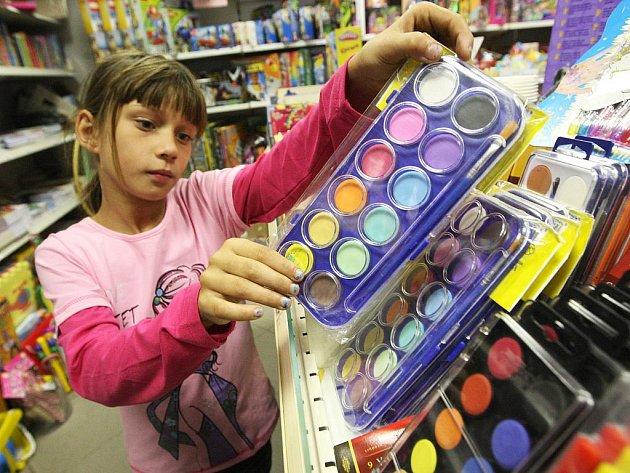 Dáša Demeterová nakupuje barvy pro výtvarnou výchovu v obchodu s papírnictvím a školními potřebami v Žatci.