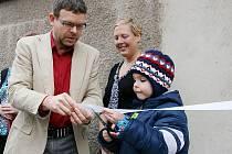 Jakub Mrkvík stříhá se starostou Janem Kernerem symbolickou pásku při otevření nové školky.