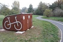 Griloviště, lavičky, mapy či altán vznikají u cyklostezky podél Ohře