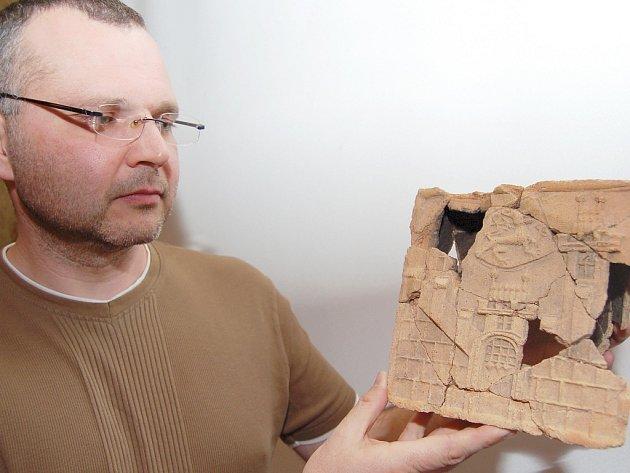 Petr Čech ukazuje nálezy z Pražského předměstí.
