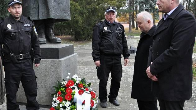 Připomínka Dne veteránů v Lounech. Místostarostové Milan  Rychtařík a Vladimír A. Hons (zprava)
