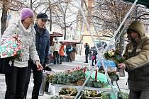Lidé nakupují adventní ozdoby na Mírovém náměstí v Lounech