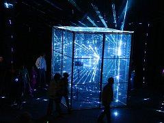 Instalace Jana Hladila s názvem Rezonátor na jevišti Vrchlického divadla.