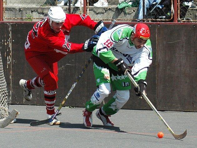 Tomáš Svatopolský (vpravo) uniká s míčem.