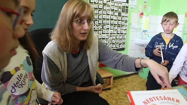 Nejen o knížkách si povídaly děti postoloprtské základní školy se spisovatelkou Ivonou Březinovou.