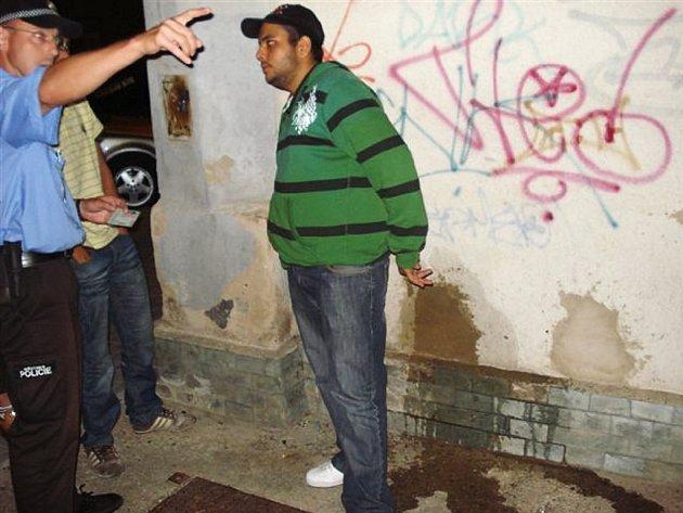 Strážníci řeší nevhodné chování dvacetiletého mladíka v Lounech.