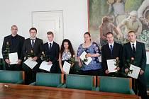 Ocenění studenti v zasedací místnosti žatecké radnice.