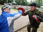 Slavnostní nástup vojáků v žateckých kasárnách