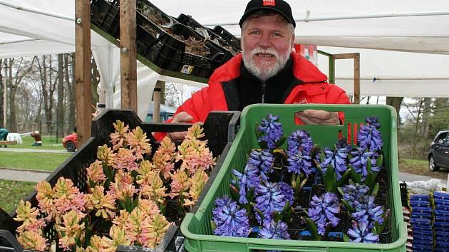 Jiří Ort připravuje květiny na začátek veletrhu