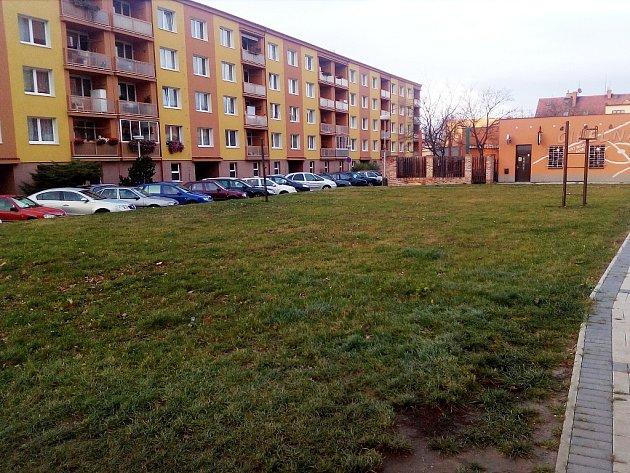 Bývalé hřiště na žateckém sídlišti se změní v parkoviště