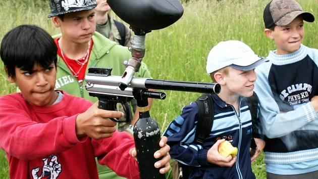 Děti ze žateckého dětského domova střílí z paintballové zbraně v rámci programu, který pro ně v Doupovských horách připravili vojáci a Klubem přátel města Kadaně.