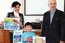 Slavnostní vyhlášení výsledků soutěže na lounské radnici. Iveta Kardianová a Radovan Šabata předávají ceny vítězi soutěže, kterým se stala družina při ZŠ Postoloprty. Cenu přebral Tomáš Tran Hau, který zároveň obdržel i diplom.