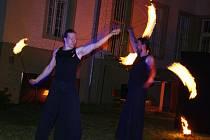 Ohňová show na zahradě žateckého muzea v podání skupiny Hypnotica při Muzejní noci v roce 2015