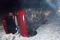 Převrácené auto na silnici u Lubence po srážce s jelenem.