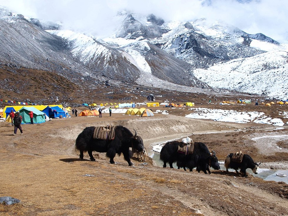 Základní tábor (4576 m.n.m.) pod téměř sedmitisícovou horou Ama Dablam.