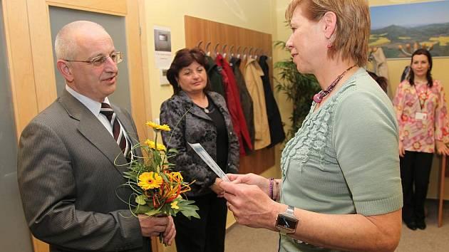 Radní pro školství, mládež a sport Petr Jakubec předává květinu Janě Jelínkové z Gymnázia Václava Hlavatého Louny.