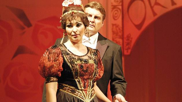 Do krásné Sylvy Varescu (Magda Vítková) se zamiluje kníže Edwin (Michal Klamo).