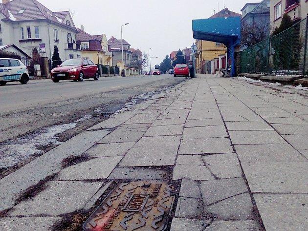 Chodníky i vozovka v ulici Volyňských Čechů dostanou nové  povrchy. Předtím se vymění kanalizace a vodovod.