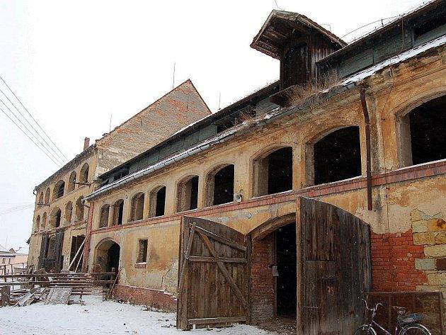 Bývalé hospodářské budovy v areálu zámku v Tuchořicích