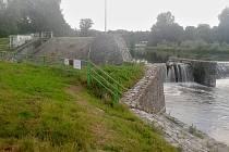 V tomto místě na pravém břehu řeky Ohře na jezu v Žatci má stát malá vodní elektrárna.