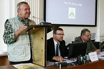 Emil Volkmann (vlevo) a Jan Kerner, jediní dva starostové, kteří v uplynulých dvaceti letech vedli město Louny, na jednání zastupitelstva.