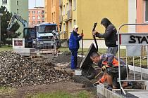 Oprava chodníků na žateckém Jihu.