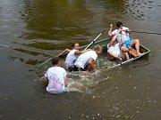 NETRADIČNÍ SOUTĚŽE. Na vodě, na suchu, často při karambolech i ve vzduchu. Tam všude se odehrával již třináctý ročník olympiády mikroregionu Perucko. Foto Miroslav Blažek