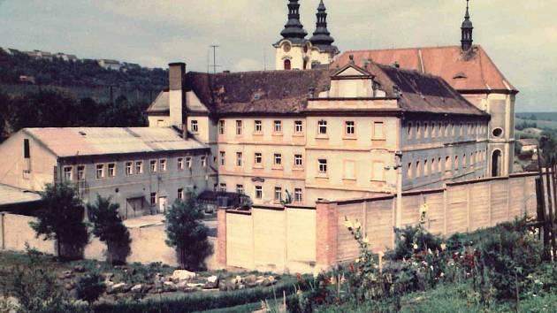 Klášter Dolní Ročov na snímku z konce šedesátých let 20. století.