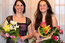 Katka Ondryášová (vpravo) s učitelkou Veronikou Studenou po úspěšném vystoupení Hlas srdce v kavárně Vrchlického divadla.