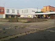 Dominantou náměstí je středový záhon. Zeleň z něj v minulých dnech zmizela, chystá se rekonstrukce celého prostoru.