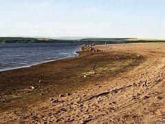 Pláže přehrady Nechranice jsou kvůli opravě hráze širší než jindy