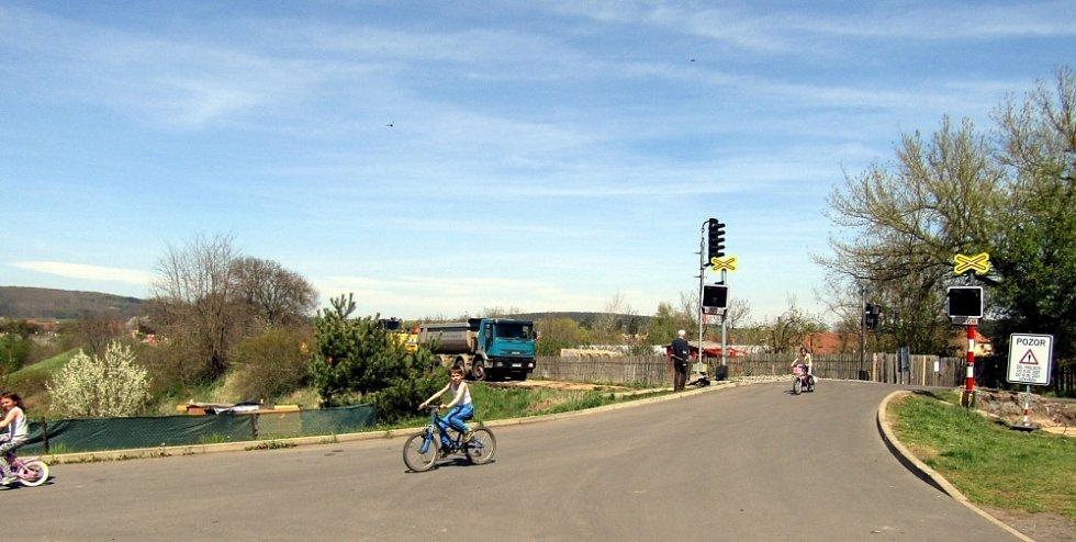 Vroutek: Májka na náměstí, hrob vojáka i nová cyklostezka.