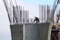 Stavba mostu u Velemyšlevsi na Žatecku v roce 2015.