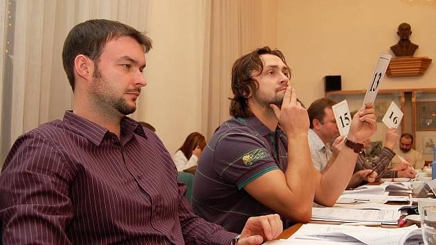 Jan Novotný (vlevo) a Martin Štross na jednání žateckého zastupitelstva 17. prosince 2009