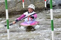 Lucie Nesnídalová bojuje mezi brankami na divoké vodě.