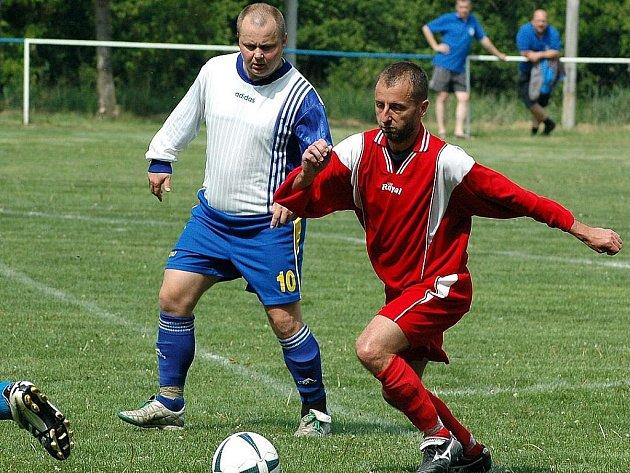 Jedním z nejzkušenějších hráčů soutěže je středopolař Zdeněk Kubiska, který posílil FK Staňkovice. V záběru ho sleduje postoloprtský David Fleischman.