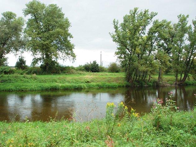 Místo nálezu mrtvého muže u břehu řeky Ohře kousek za mostem v Zálužicích na Žatecku