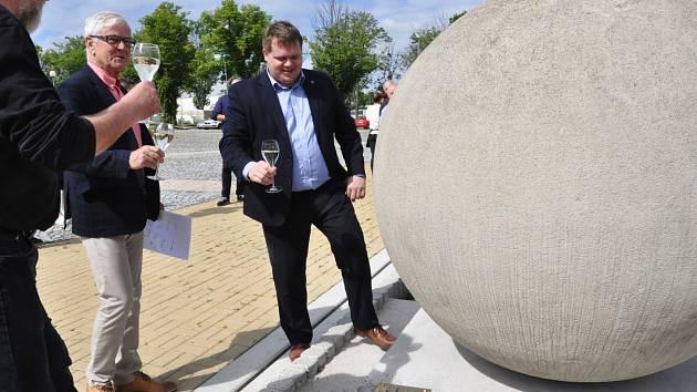 Betonové koule jsou k vidění na Zeleném náměstí v Lounech.