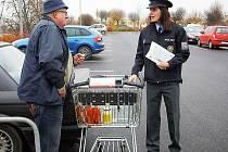 Policistka radí seniorovi, jak by se měl chovat při nakupování v obchodním centru, aby ho neokradl zloděj.