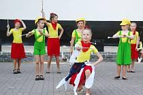 Mažoretky budou soutěžit v rozmanitých uniformách.