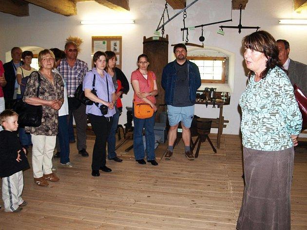 Autorka výstavy Hana Dvořáková seznamuje návštěvníky s expozicí historických map.