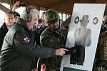 Prezident ČR Miloš Zeman se na střelnici ve Vršovicích setkal s vojáky ze žatecké 4. brigády rychlého nasazení a vystřelil si z útočné pušky CZ 805 BREN