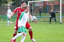 Fotbalisté Proboštova (v červeném) a Blšan (v bílém) při vzájemném souboji, který skončil těsným vítězstvím domácích 1:0.