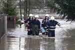 Dobrovolní hasiči z Libočan v pátek 14. ledna v obci Sedčice evakuovali na nosítkách staršího nemocného majitele rodiného domku.