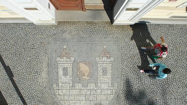 Znak města Postoloprt je od září nově vydlážděn na chodníku u vstupu do budovy radnice.