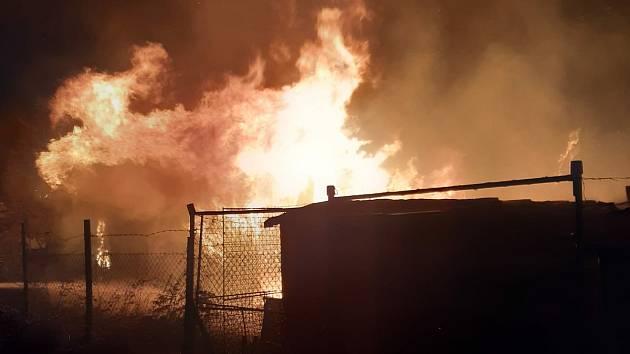 Hasiči vyrazili k požáru chatky v Lounech. Oheň pohltil celou budovu