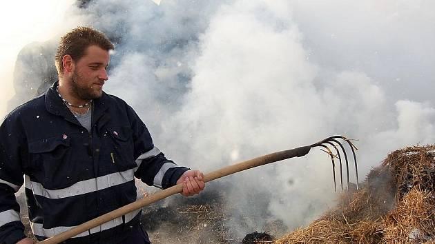 Libočanský dobrovolný hasič Jaroslav Holas dohlíží na hoření stohu